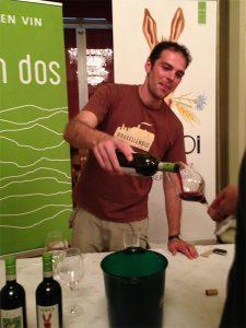 Luca serve il vino Asinoi di Carussin
