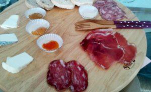 Tagliere di salumi e formaggi a Grappolo contro Luppolo
